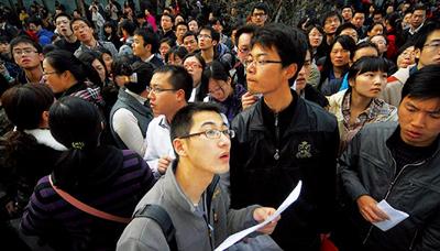 """中国最受瞩目的考试有两个,一个是高考,另一个则是国家公务员考试。莘莘学子十年寒窗苦读走过高考的独木桥,再参加公考 """"学而优则仕"""",这曾经是再理想不过的选择。然而起起落落的报名人数,显现出公务员考试(下简称""""公考"""")魅力不如往昔。"""
